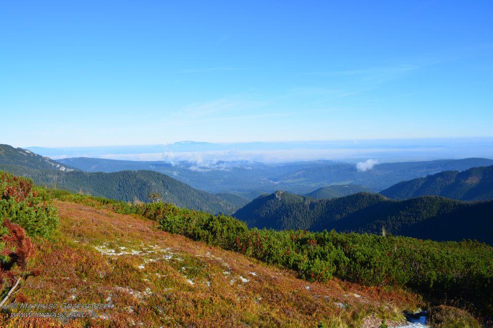 W stronę Beskidów. Najwyższa Babia Góra. Po lewej nieco mniejsze Pilsko