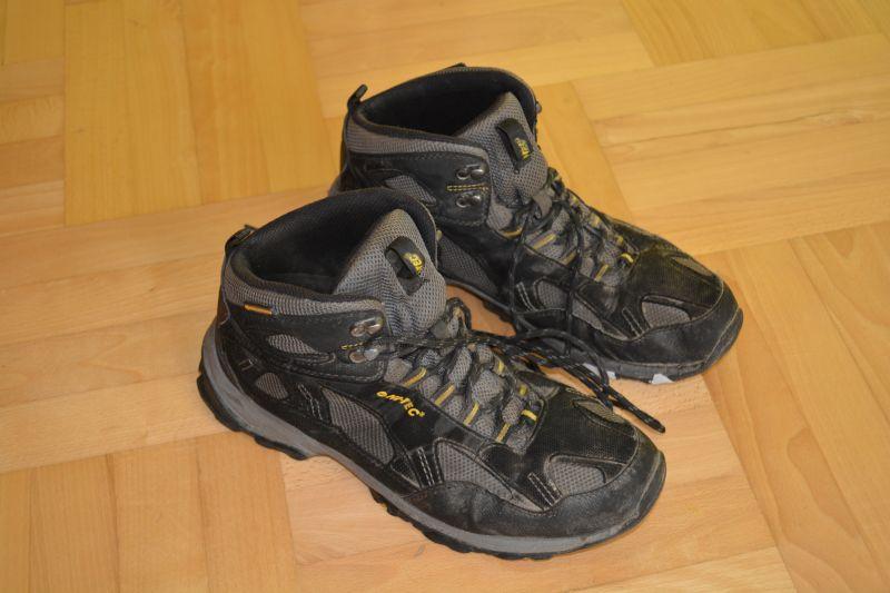 b26e68a02cbf8 Podszedłem do kasy, zapłaciłem, dowiedziałem się od sprzedawcy, że takich  butów się nie impregnuje, ponieważ to nie skóra. Przez 5 miesięcy spisywały  się ...