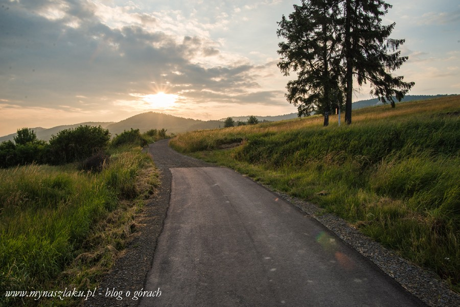 Pogórze Wiśnickie: W piątkowy wieczór z Iwkowej na Szpilówkę