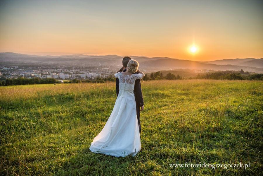 Miłość o zachodzie słońca. Sesja ślubna Diany i Darka na beskidzkim szlaku