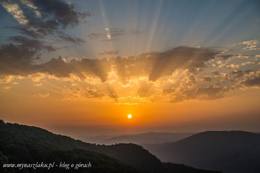 Beskid Wyspowy: Białowodzka Góra przy wschodzącym słońcu