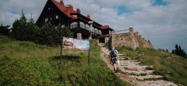 Stóg Izerski: Główny Szlak Sudecki, schronisko i kolej gondolowa