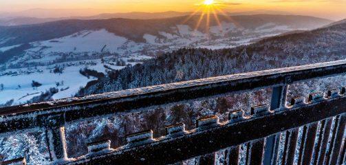 Zimowa Iwkowa i wieża widokowa na Szpilówce o zachodzie słońca
