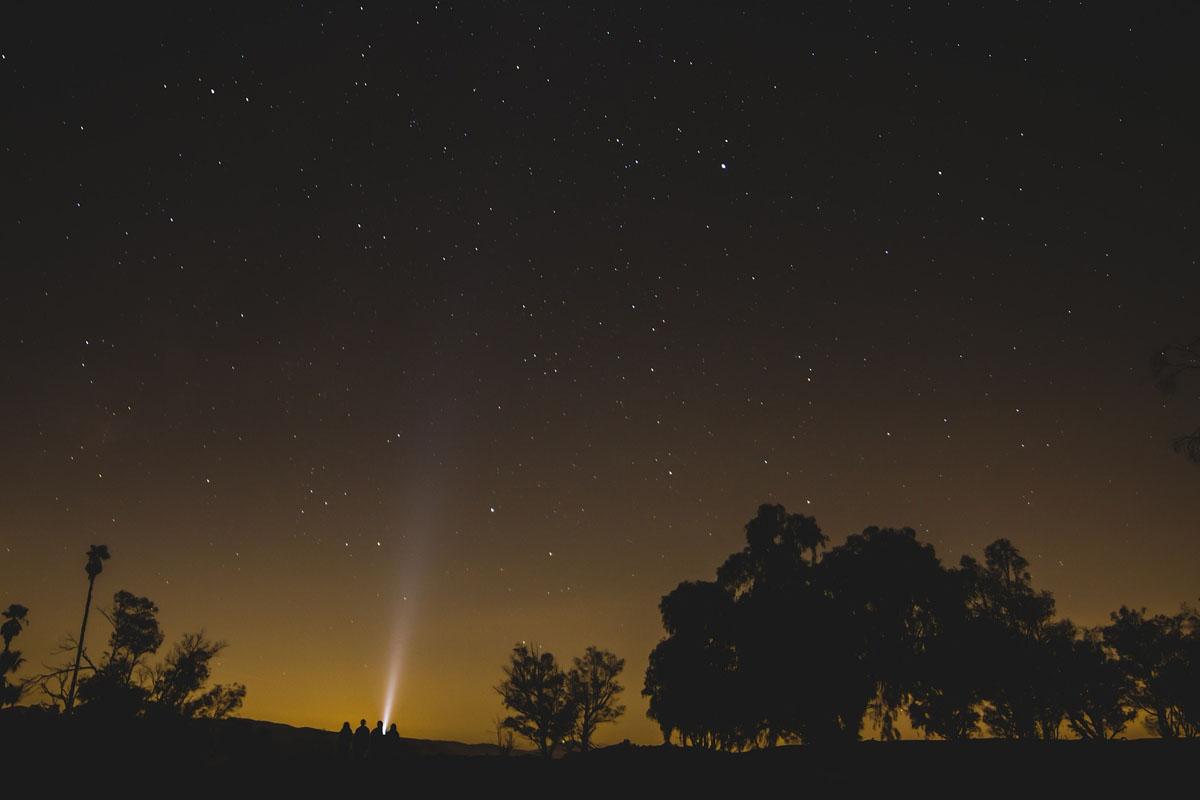 Latarka w nocy