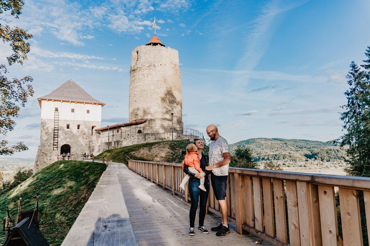Zamek w Czchowie z dzieckiem