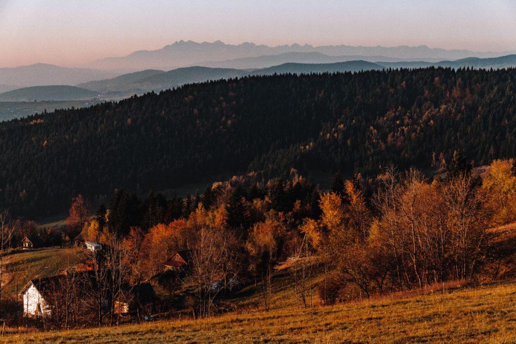 Wschód słońca i widok na Tatry z wieży widokowej pod Jaworzem