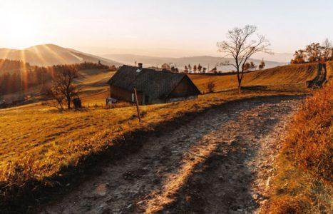 Wschód słońca i piękne barwy jesieni w górach