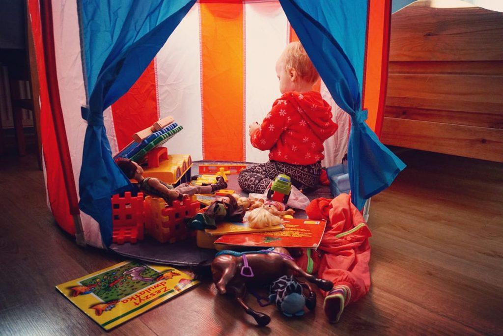 Dziecko w namiocie