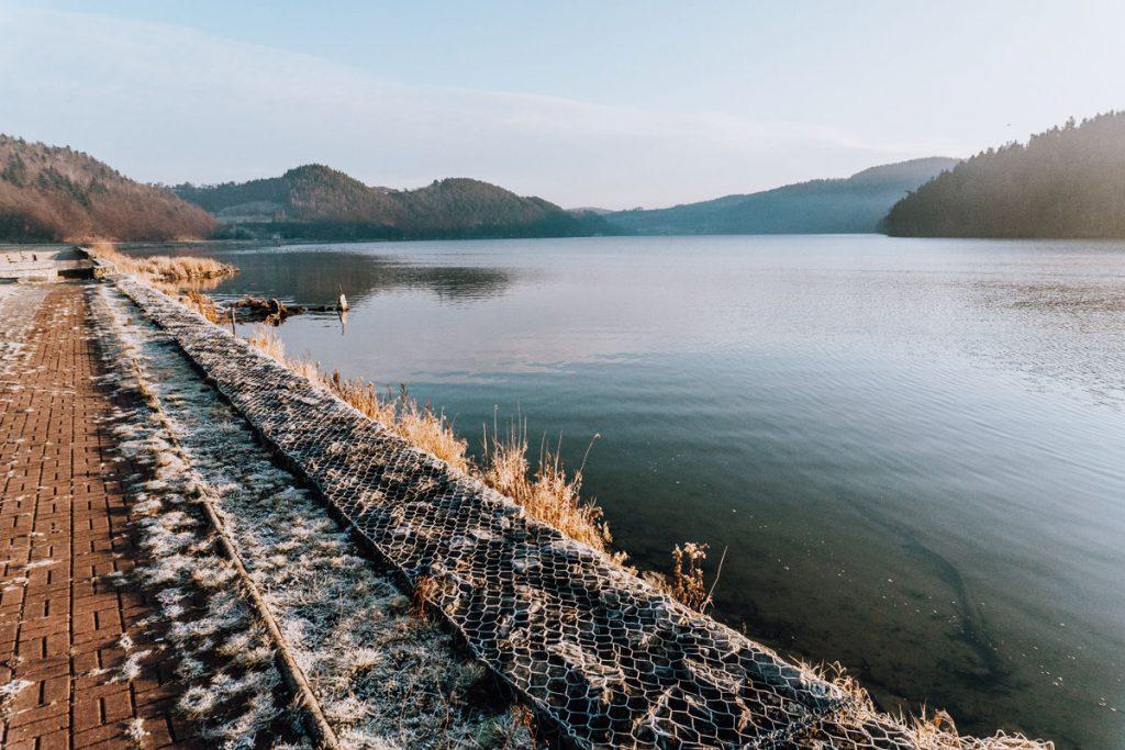 spacer nad jeziorem czchowskim
