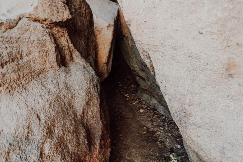 szczelina w skale grunwald
