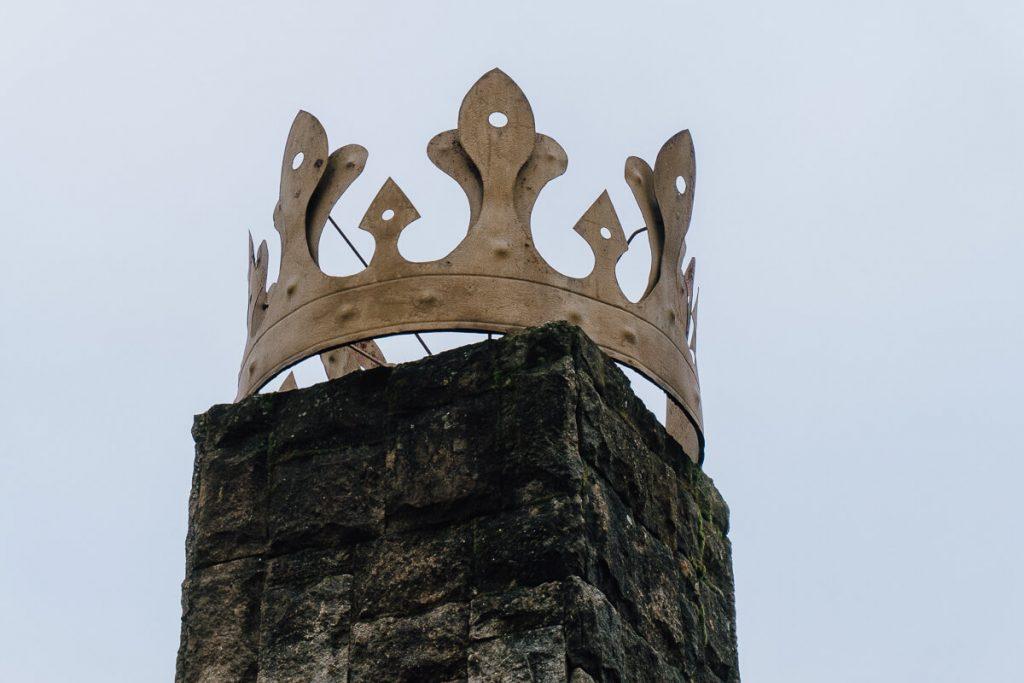 korona na obelisku zeleznica