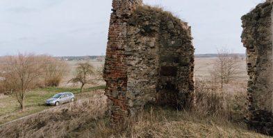 Ruiny dworu obronnego (zamku) w Majkowicach