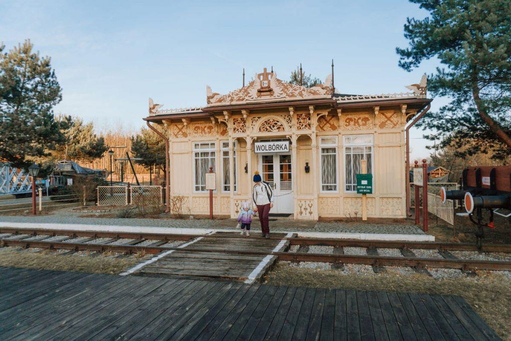 poczekalnia kolejowa z czarnocina