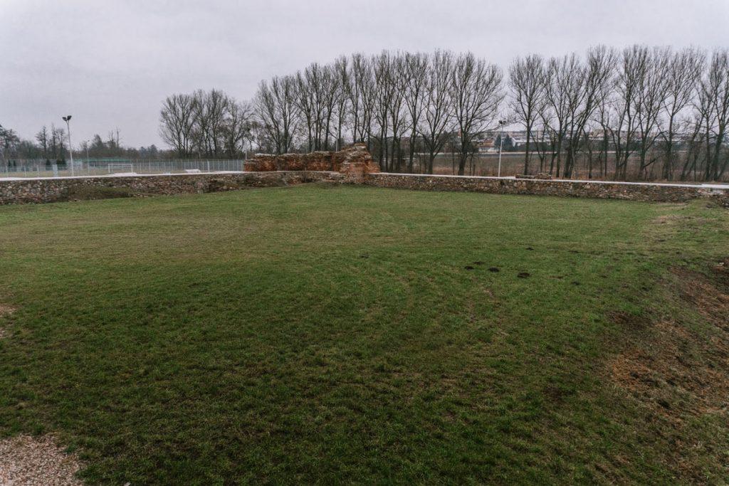 zamek w rawie mury obronne