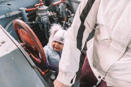 karsznice skansen lokomotyw z dzieckiem