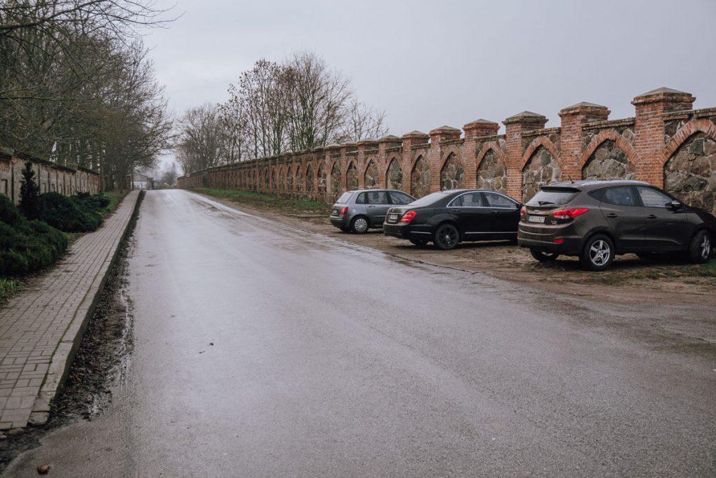 parking przy zamku w oporowie