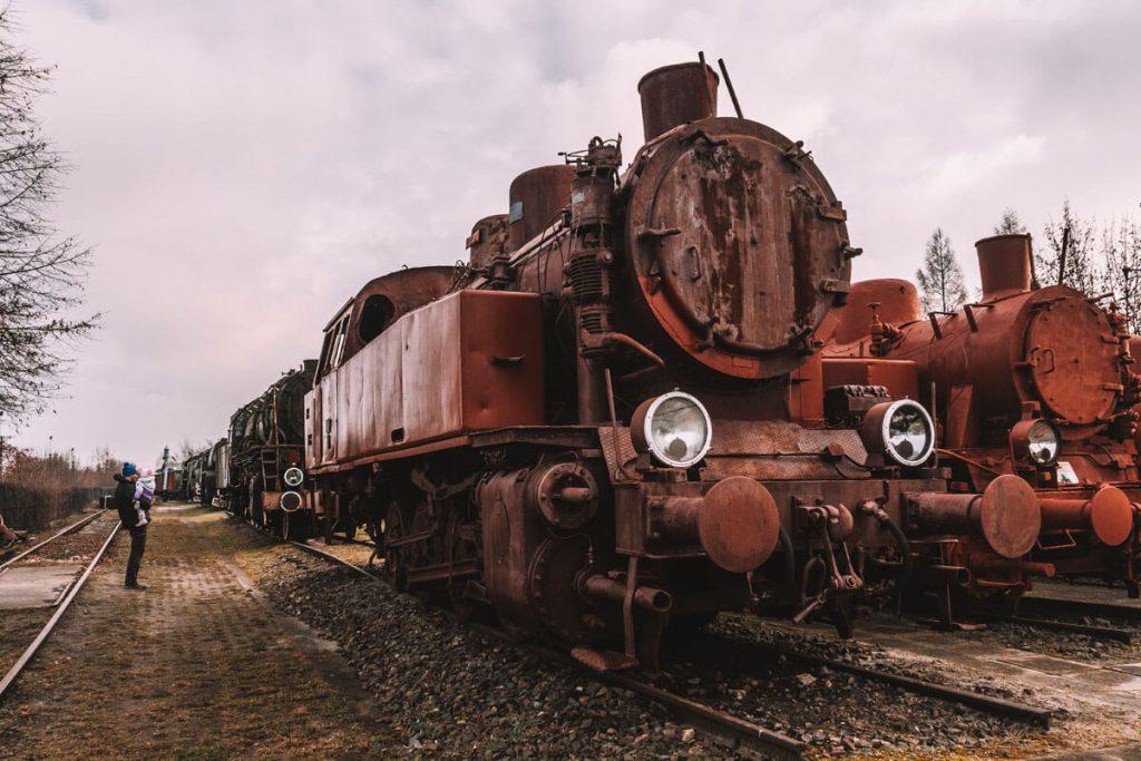 z dzieckiem w skansenie lokomotyw