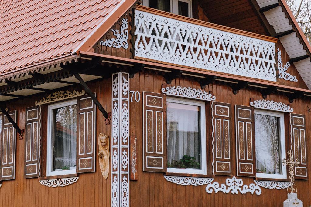 Wieś z kolorowymi okiennicami na Podlasiu