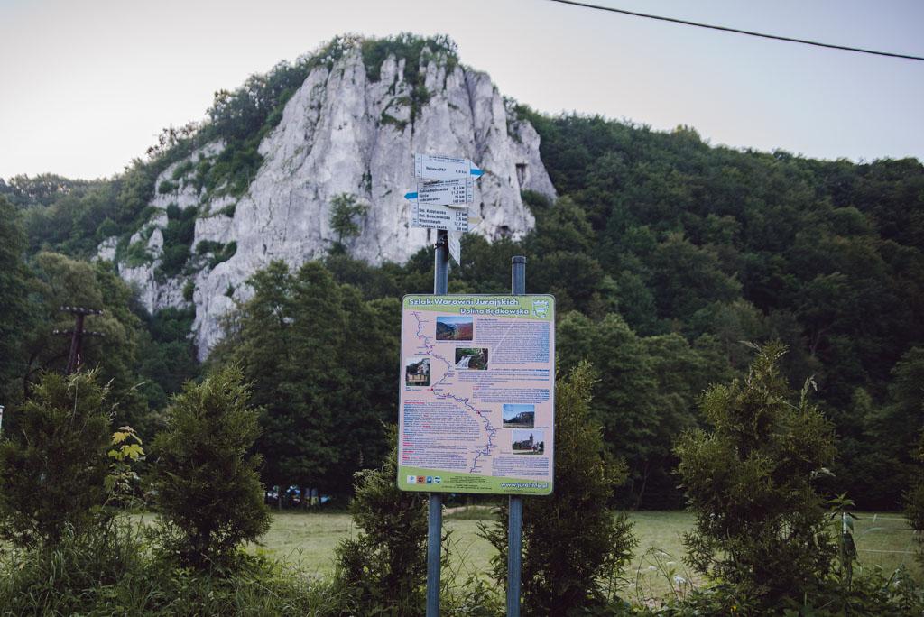 Skała Sokolica i oznaczenie szlaku turystycznego