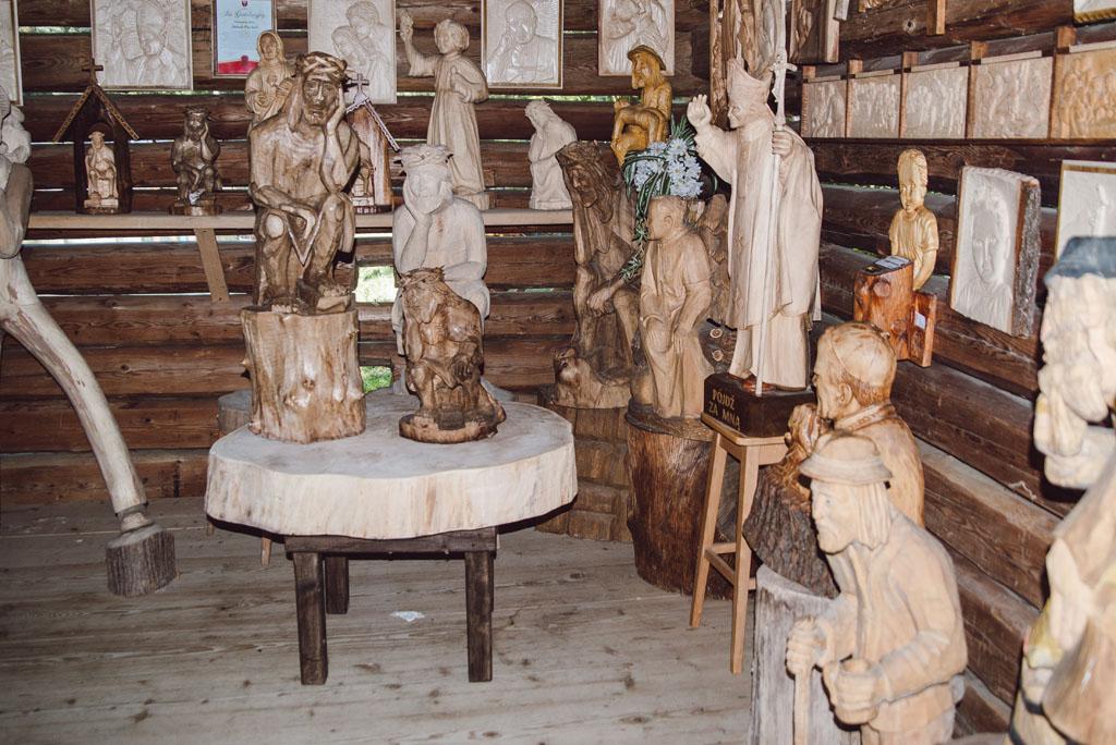 Rzeźby w młynie w Żmiącej
