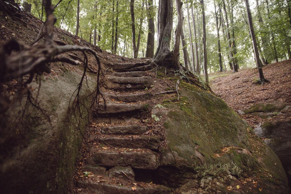 Schodki do skalnego wodospadu