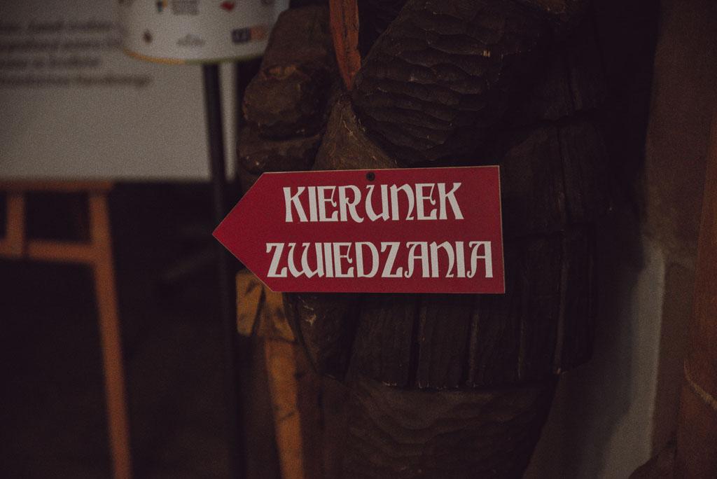 Tabliczka oznaczająca kierunek zwiedzania w Zamku Grodziec