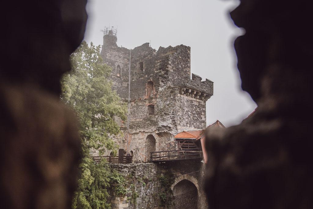 Widok na wieżę widokową na Zamku Grodziec