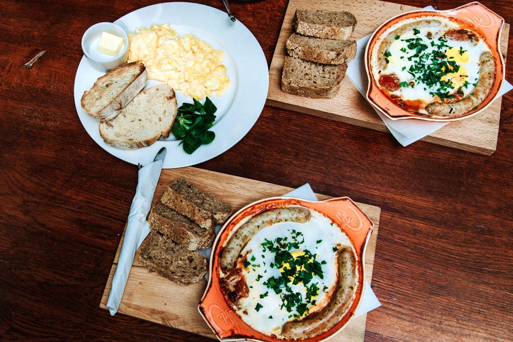 Śniadanie - jajecznica, kiełbasa, chleb
