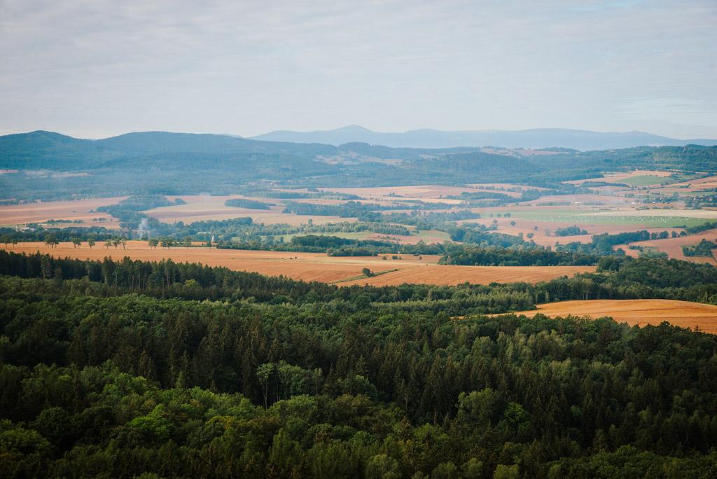 Widok na Karkonosze z wieży w Gozdnie