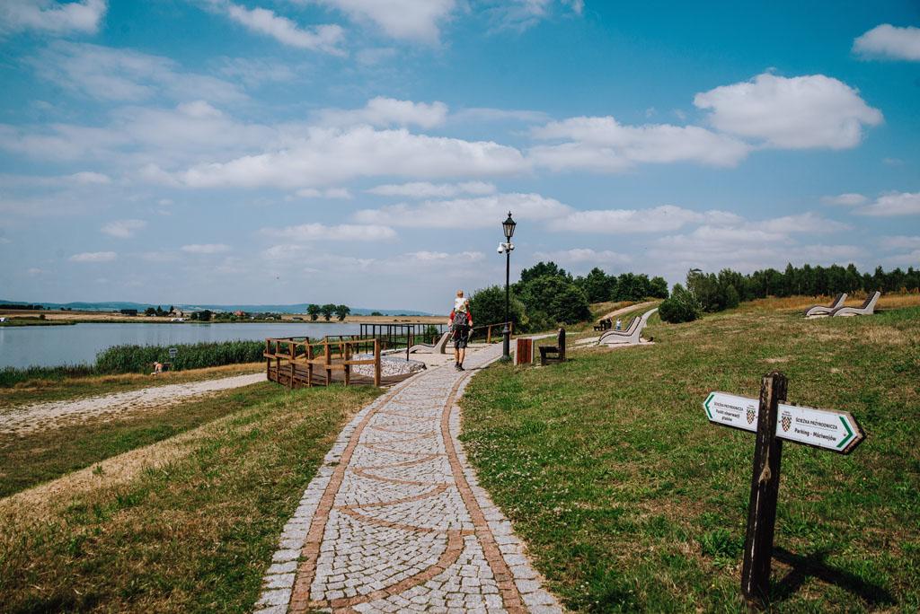 Dojście do wieży widokowej w Mściwojowie