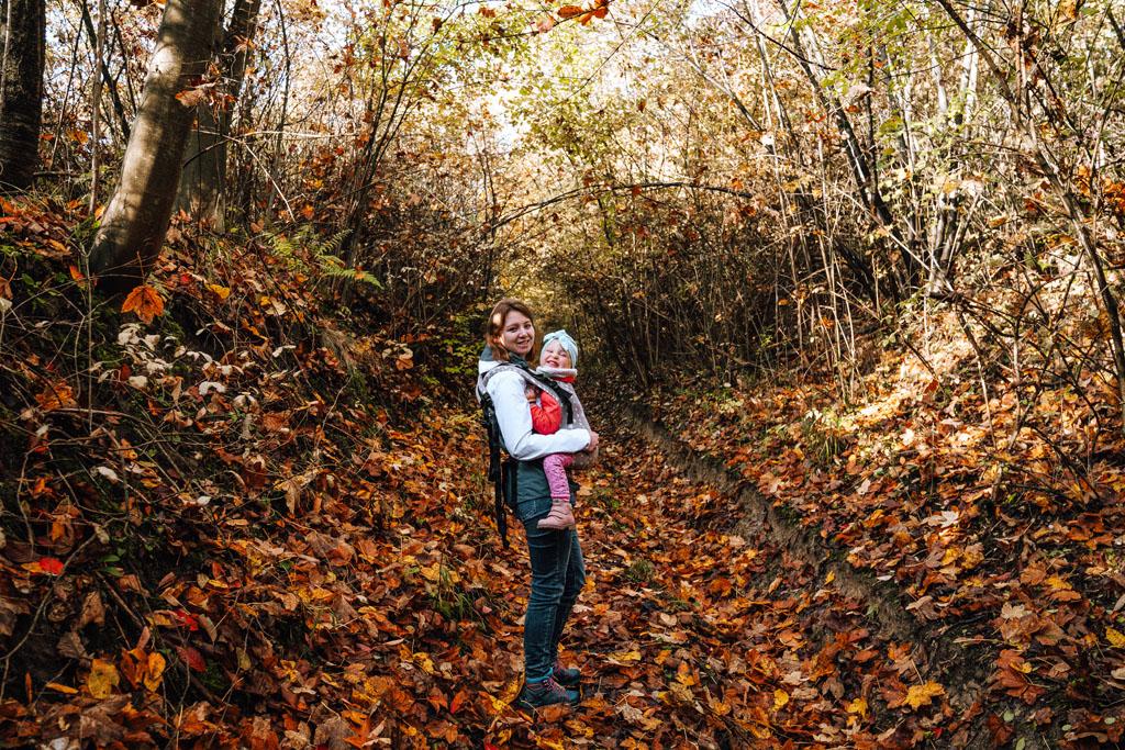 Las Plebański z dzieckiem. Droga przez Wąwóz