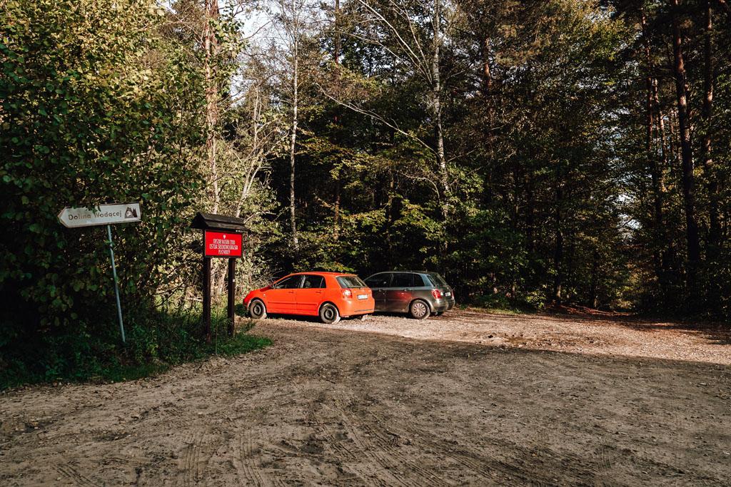 Nasz parking w Dolinie Wodącej od strony Domaniewic