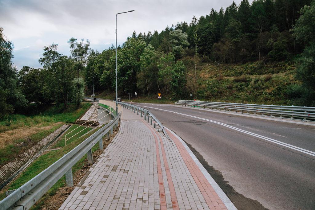 Ścieżka na początku prowadzi asfaltem
