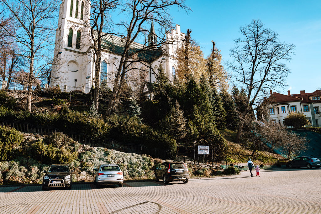 Parking przy kościele w Mszana Dolna