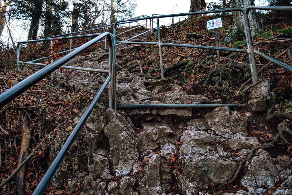 Ostatnie metry pod Sokolicą. Wejście po śliskich kamieniach