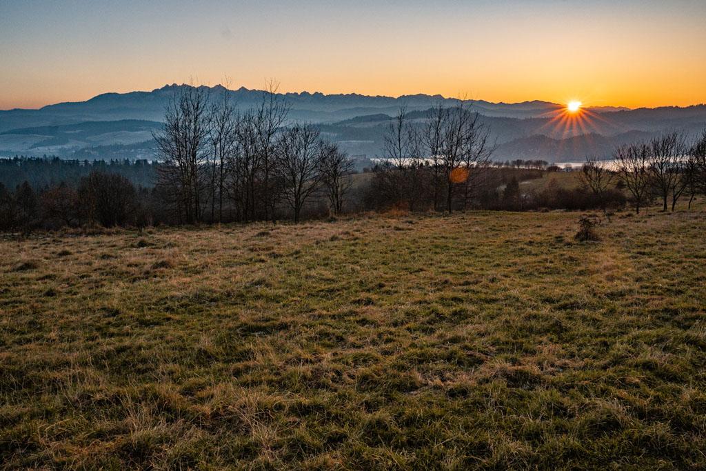 Tatry i Zamek Czorsztyn o zachodzie słońca