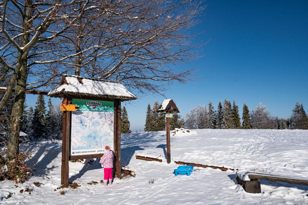 Łopień - szczyt z dzieckiem w zimie
