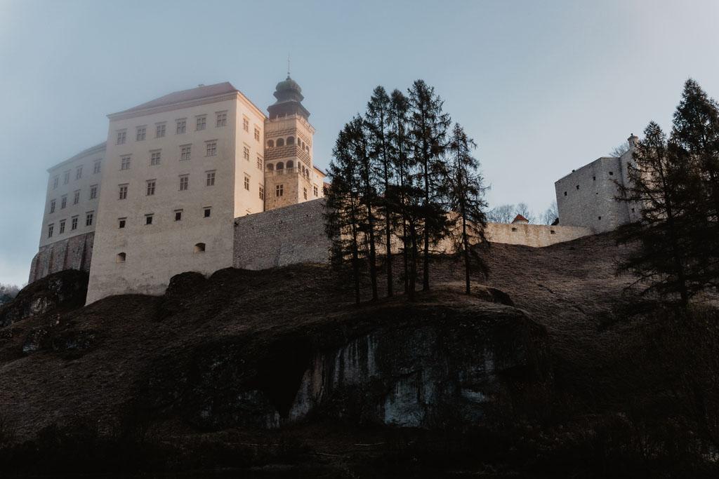 Zamek Pieskowa Skała znajduje się tuż nad Maczugą Herkulesa