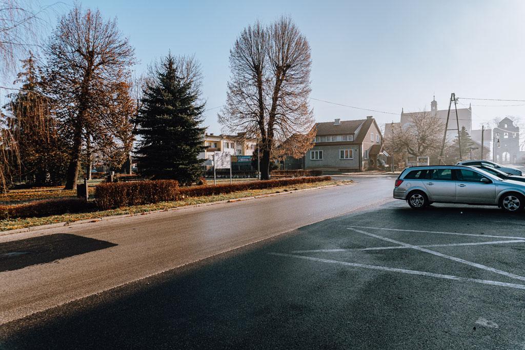 Opatowiec - najmniejsze miasto w Polsce. Parking przy Rynku.