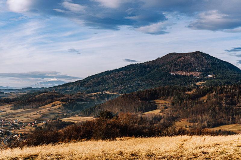 Babia Góra po lewej chowa się za Luboniem Wielkim - Adamczykowa