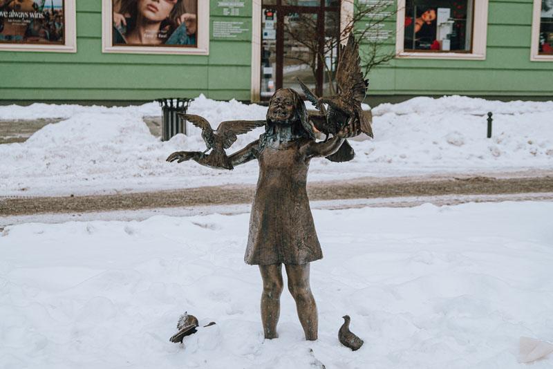 Pomnik dziewczynki z gołębiami