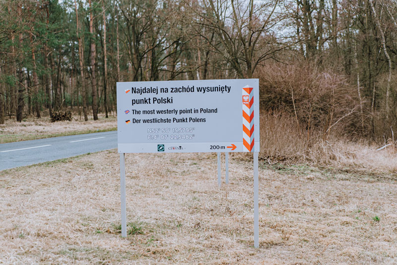 Znak widoczny z drogi - najdalej wysunięty punkt na zachód Polski