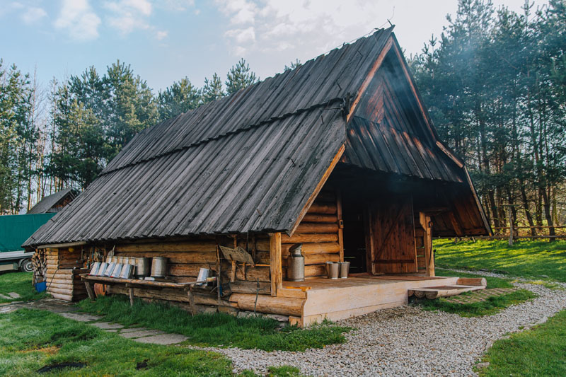 Hala Majerz i drewniana bacówka