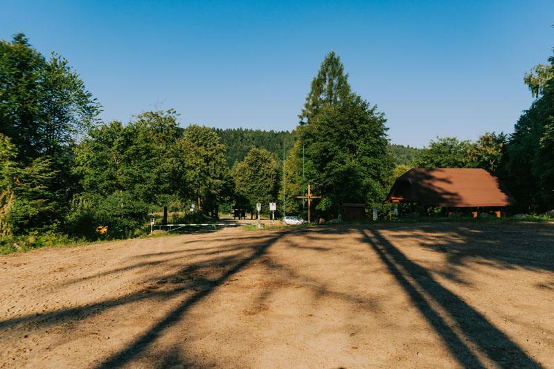 Parking na Przełęczy nad Żłobkiem pod Jawornikami