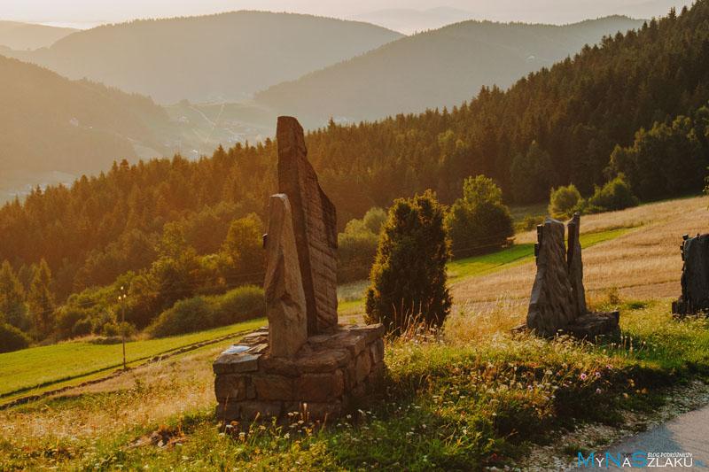 Przełęcz Cisowy Dział i krzyż jubileuszowy w Młyńczyskach